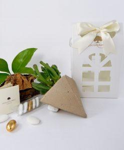 bomboniera pianta grassa succulenta con triangolino oro bianco e lanterna con nastro panna paola rolando