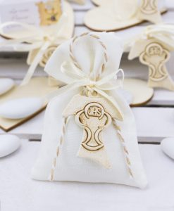 ciondolo croce con calice eucaristico su sacchetto portaconfetti