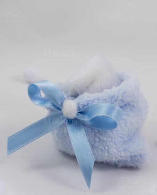sacchetto azzurro pelliccia con nastrino raso azzurro con confetti bianchi con tulle linea coccole polari ad emozioni