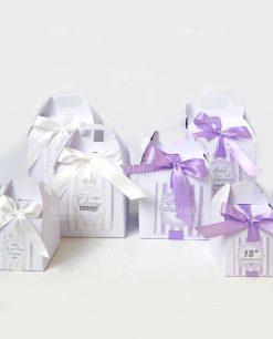 scatole cartoncino bianco e nastro colorato
