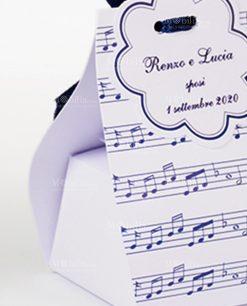scatolina cartoncino bianco con note musicali blu
