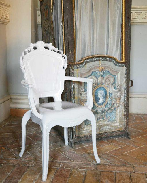 sedia con braccioli policarbonato bianco con decori barocchi baci milano