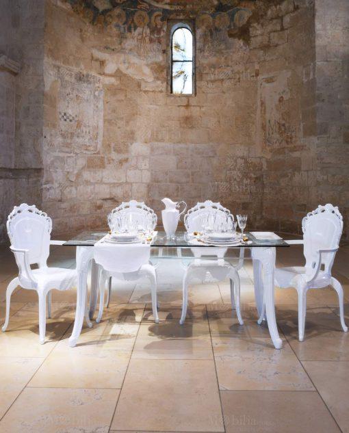 sedie con braccioli policarbonato bianco e tavolo con base trasparente baci milano