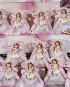 bomboniera calamita bimba su sacchettino bianco con ricamo e nastro rosa