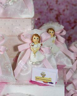 bomboniera magnete bimba su sacchettino bianco con ricamo e nastro rosa