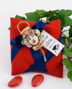 bomboniera magnete testa di moro donna ceramica su cuscino portaconfetti rosso con nastro blu