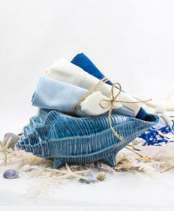 conchiglia grande con 3 salviette bianca blu e azzurra linea oceano ad emozioni