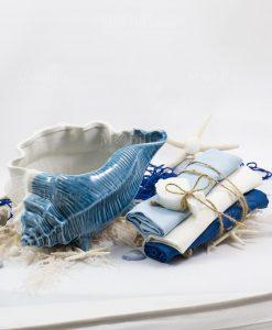 conchiglia grande con tre salviette blu bianca e azzurra linea oceano ad emozioni