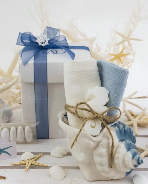 conchiglia piccola con salvietta azzurra e salvietta bianca con saponetta linea oceano ad emozioni