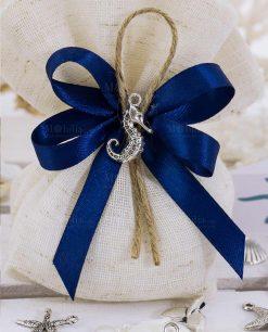 dettaglio fiocco blu con ciondolo cavalluccio marino