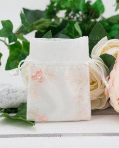 sacchettino bianco con ricami a rilievo color rosa
