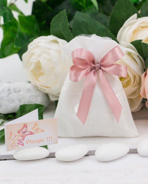 sacchettino bianco ricamato confezionato con cofetti doppi fiocchi rosa antico e bigliettino