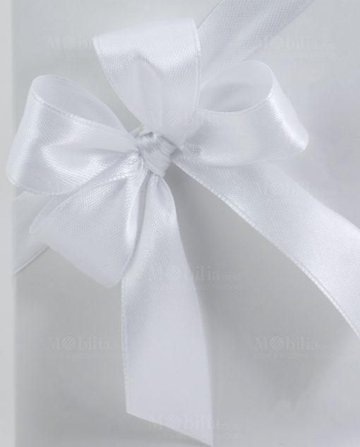 scatola confezionata con doppio fiocco raso bianco