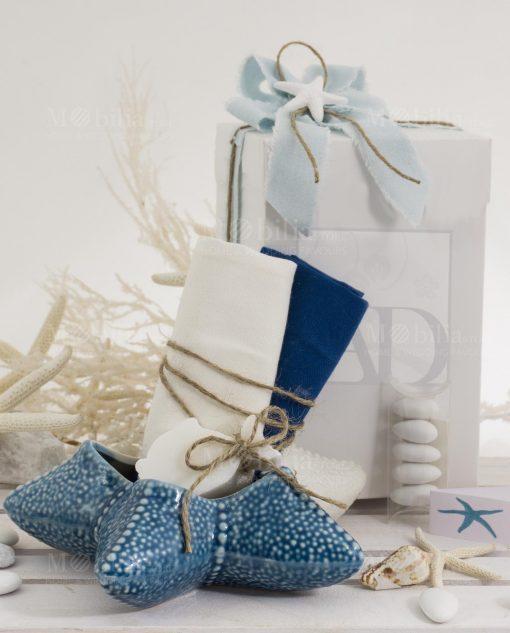 stella marina porcellana grande con due salviette con saponetta con scatola e nastro azzurro sfrangiato linea oceano ad emozioni