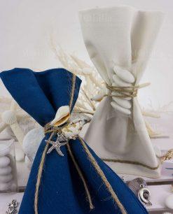 tovaglietta americana bianca e blu confezionata con tubicino confetti con conchiglie con ciondolo metallo argentato ad emozioni
