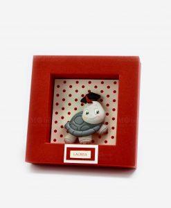 applicazione tartaruga con tocco su scatolina a pois rossi rdm design