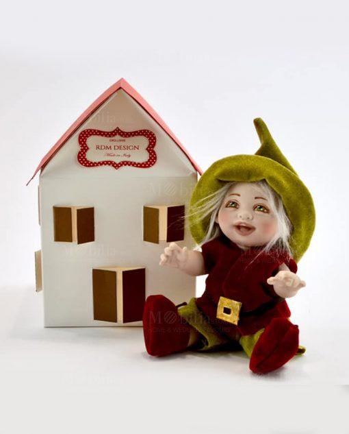 bambolina gnomo con cappello verde e giacca rossa con scatolina portaconfetti a forma di casetta linea biancaneve rdm design