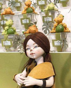 bambolina occhi azzurri e draghetti con scatola trasparente linea gli antenati rdm design