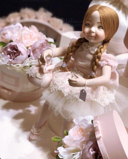 bambolina porcellana capodimonte seduta con vestitino rosa con ricami con borsetta rdm design