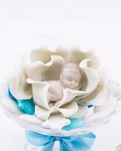 bimbo che dorme su fiore porcellana linea baby flower ad emozioni
