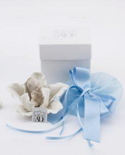bimbo su fiore porcellana con scatola e sacchetto linea baby flower ad emozioni