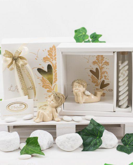 bomboniera angioletto seduto e angioletto sdraiato porcellana con scatola e confetti linfinito