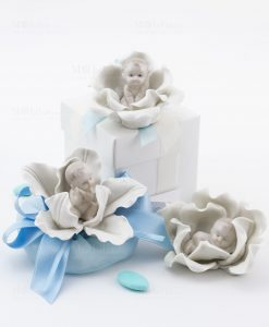 bomboniera bimbo su fiore 3 modelli assortiti con sacchetto e scatola linea baby flower ad emozioni