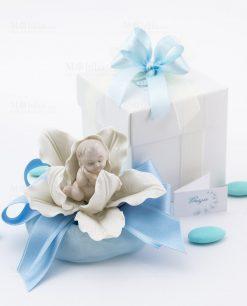 bomboniera bimbo su fiore porcellana con sacchetto e scatola linea baby flower ad emozioni