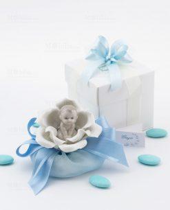 bomboniera bimbo su fiore seduto con sacchetto e scatola linea baby flower ad emozioni