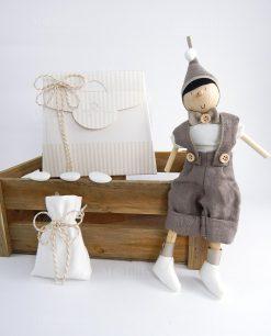 bomboniera con sacchetto pinocchio legno artigianale con cappello e papillon tortora cherry and peach