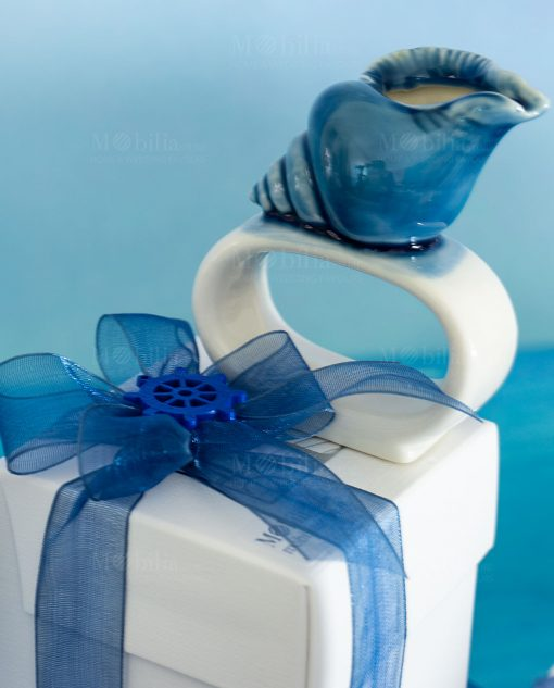 bomboniera legatovagliolo bianco con conchiglia blu ceramica linea oceano ad emozioni