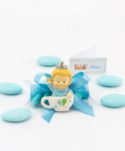 bomboniera magnete bismbo dentri tazza con corona tubicino confetti azzurri e bigliettino