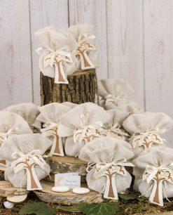 bomboniera pendente croce con albero della vita su sacchetto juta con cordoncino