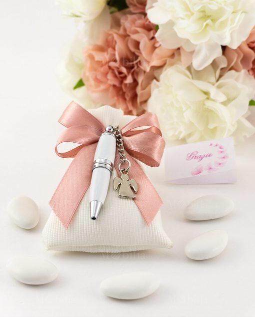 bomboniera penna bianca con ciondolo angelo su sacchetto bianco con fiocco a 4