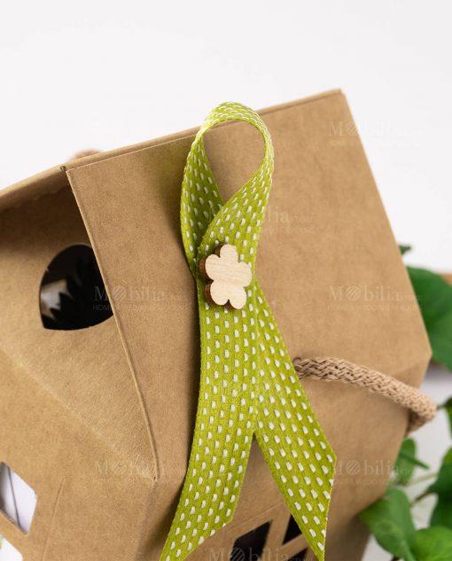 bomboniera piantina con vaso vetro dettaglio nastrino verde con applicazione fiore legno su scatola casetta legambiente