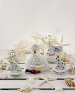 bomboniera porta memo barchetta a vela colori assortiti su sacchetto bianco con nodo rosso e blu