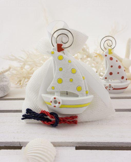bomboniera portafoto barchetta a vela a pois su sacchetto bianco con nodo rosso e blu