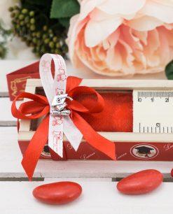 bomboniera scatolina legno con righello fiocco rosso allpicazione tocco metallo argentato