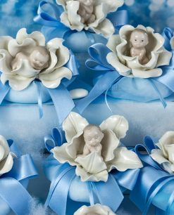 bomboniera sculturina bimbo su fiore con sacchetto puff azzurro linea baby flower ad emozioni