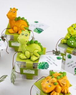 bomboniera sculturina dinosauro verde su scatolina portaconfetti rdm design