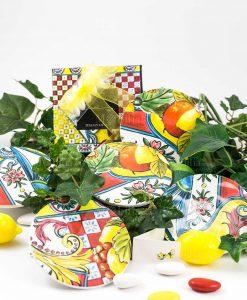 bomboniera sottobicchiere con scatola fiocco giallo decori assortiti linea baroque and rock sicily red baci milano