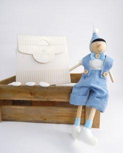 pinocchio legno artigianale con cappello e papillon azzurro con bag cherry and peach