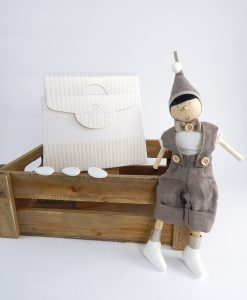 pinocchio legno artigianale con cappello e papillon tortora con bag cherry and peach