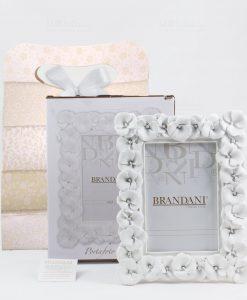 portafoto bianco grande con fiori con scatola e bag brandani