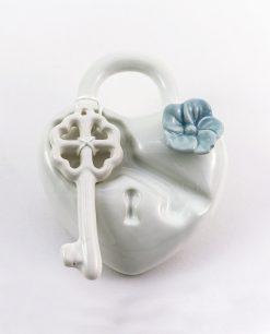 profmatore cuore porcellana bianca con chiave e fiore color carta da zucchero rdm design
