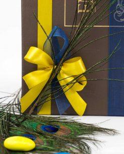 scatola bomboniera lusso con doppi nastri blu e giallo con piuma pavone art collection