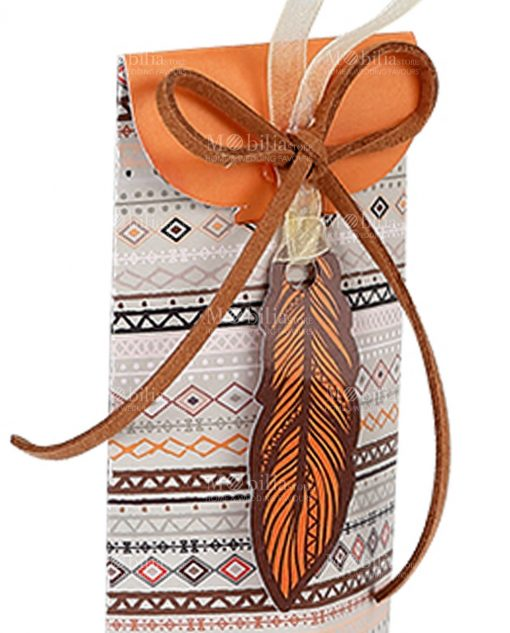 scatola cartoncino con decori tribali arancioni e piuma