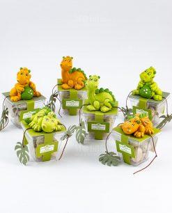 scultuirna dinosauro verde e arancio su scatolina portaconfetti con confetti uovo soggetti assortiti rdm design