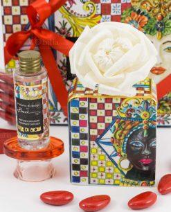 bomboniera diffusore small midi con fiore e fragranza terra di sicilia confetti nastro e bigliettino rossi linea abroque and rock sicily red baci milano