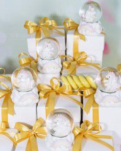 bomboniera palla di vetro con unicorno nastri e confetti gialli